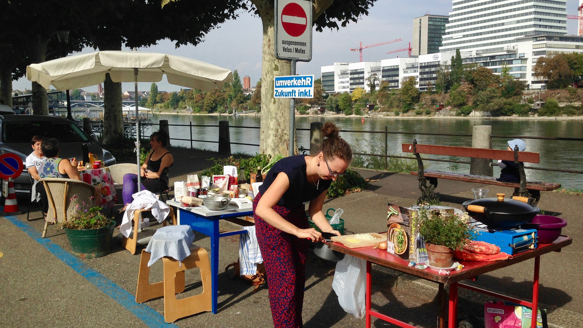 Pop-up-Küche statt Parkplatz! Aktion St. Alban-Rheinweg in Basel am PARK(ing) Day 2018